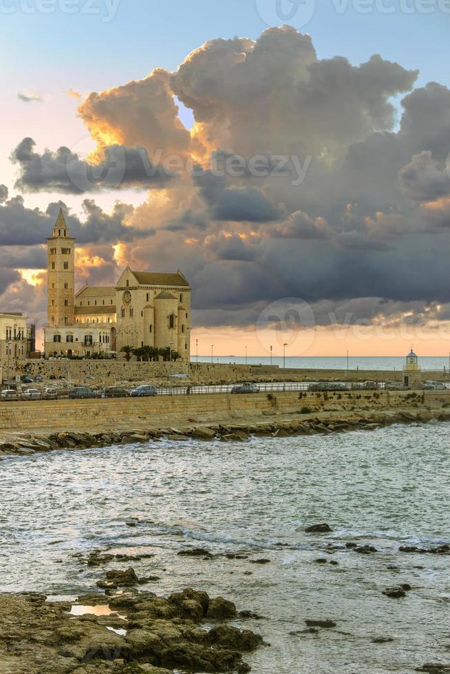 hamn vid solnedgången: romansk katedral, trani (puglia) -itali- foto