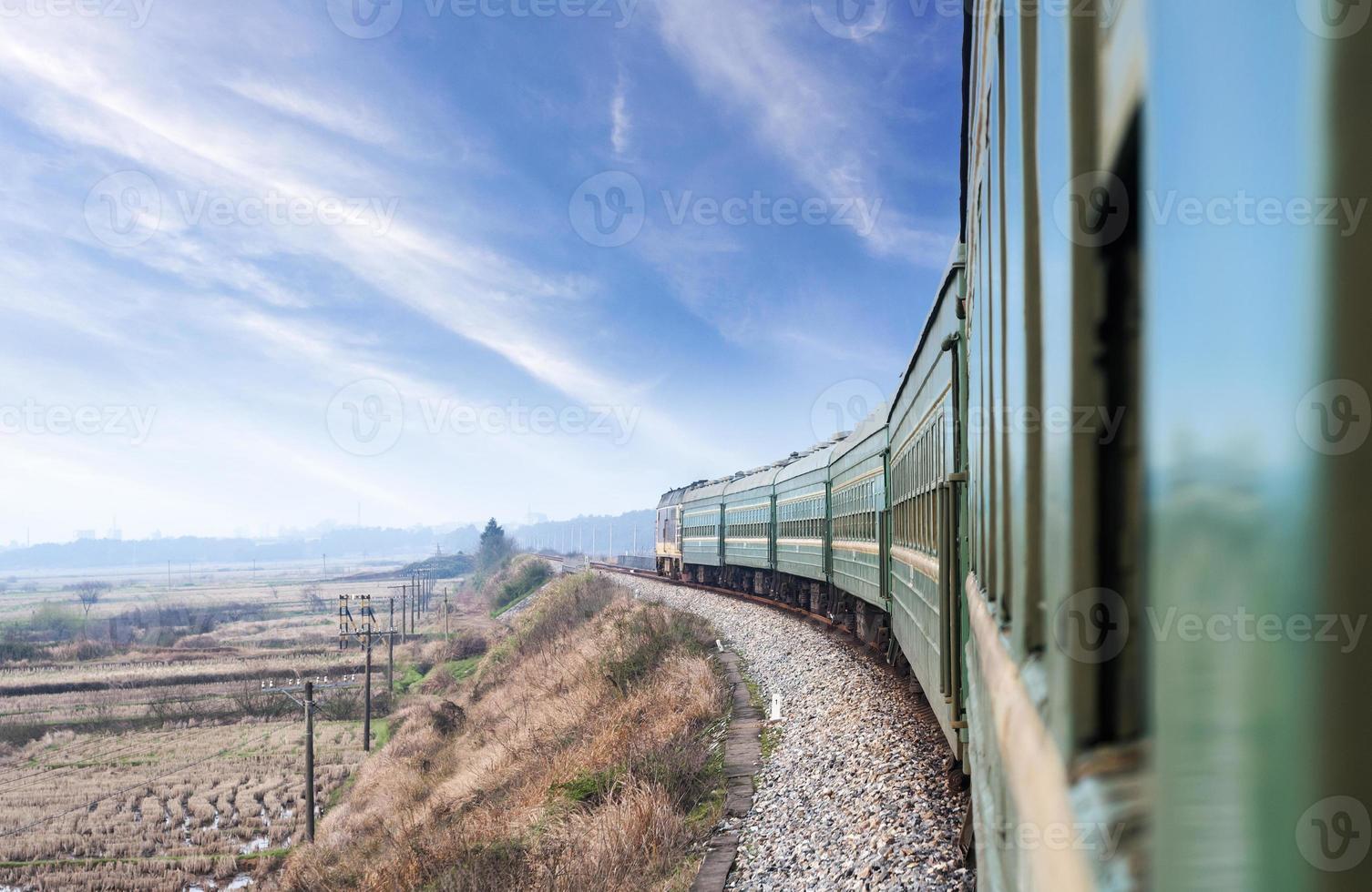gamla strömtåg som går genom landsbygden foto