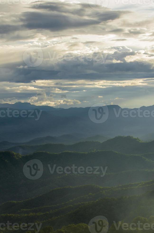 mounatin intervall i sena eftermiddagsljus i Thailand foto