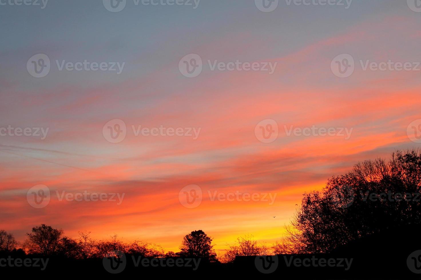 röd himmel på natten silhuett - solnedgång, escomb, nordost foto