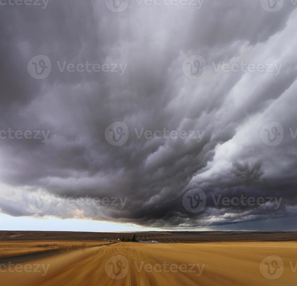 åskväder ovanför fält foto
