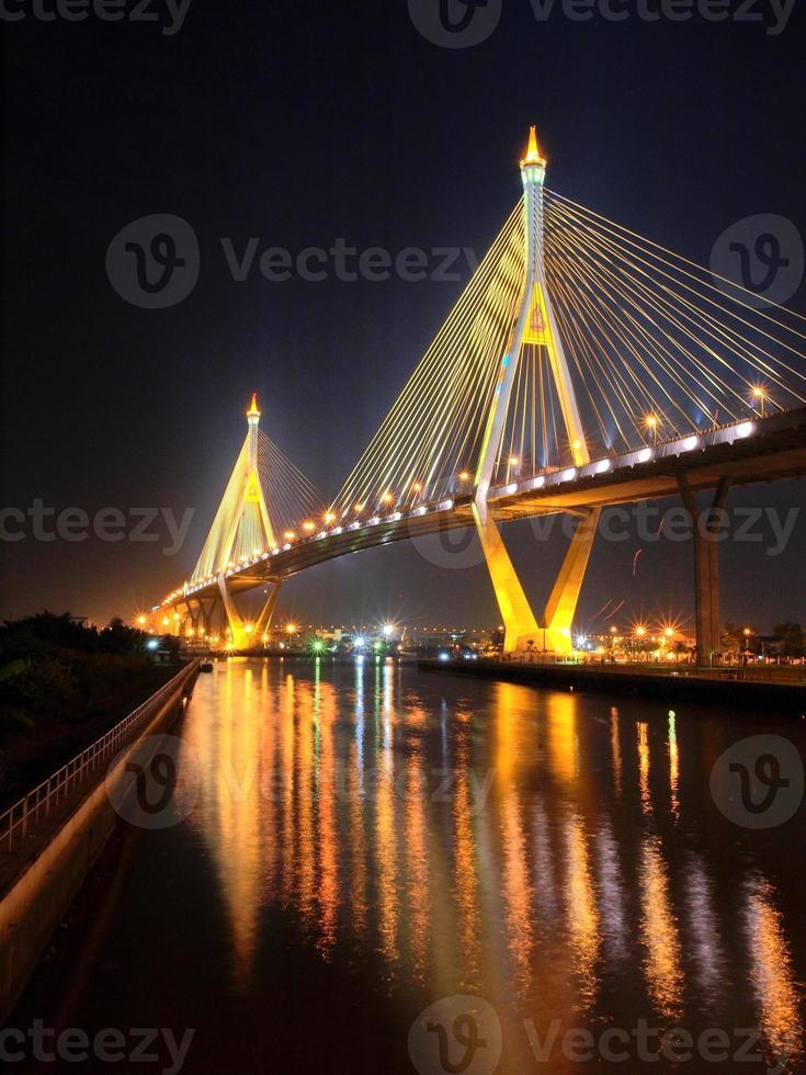 bhumibol bridge i Thailand foto