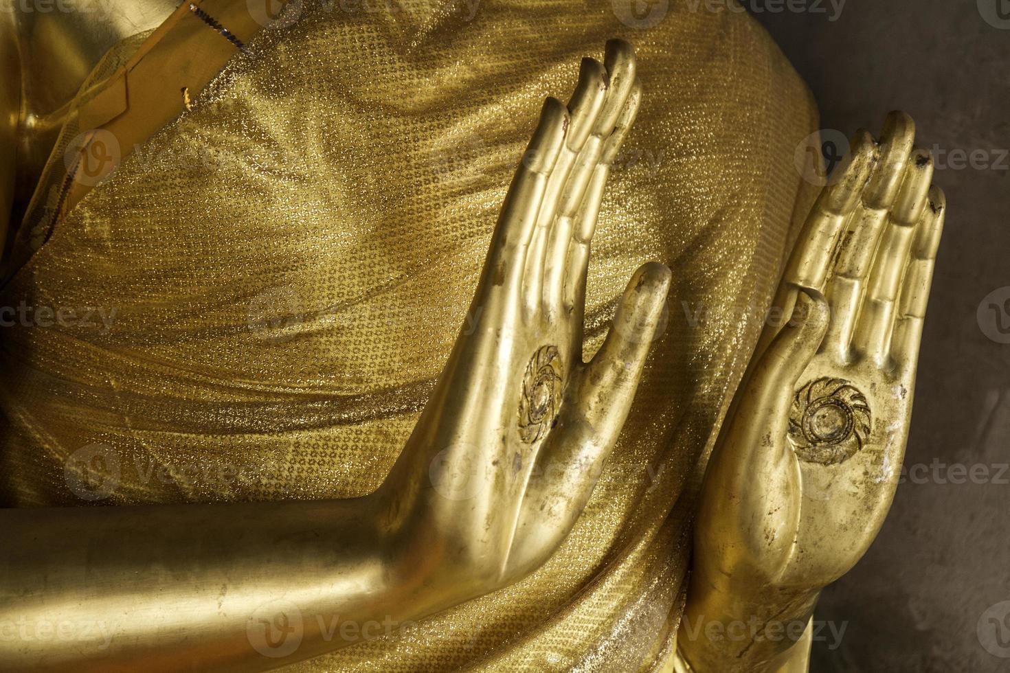 buddha staty stående sammansatt. foto