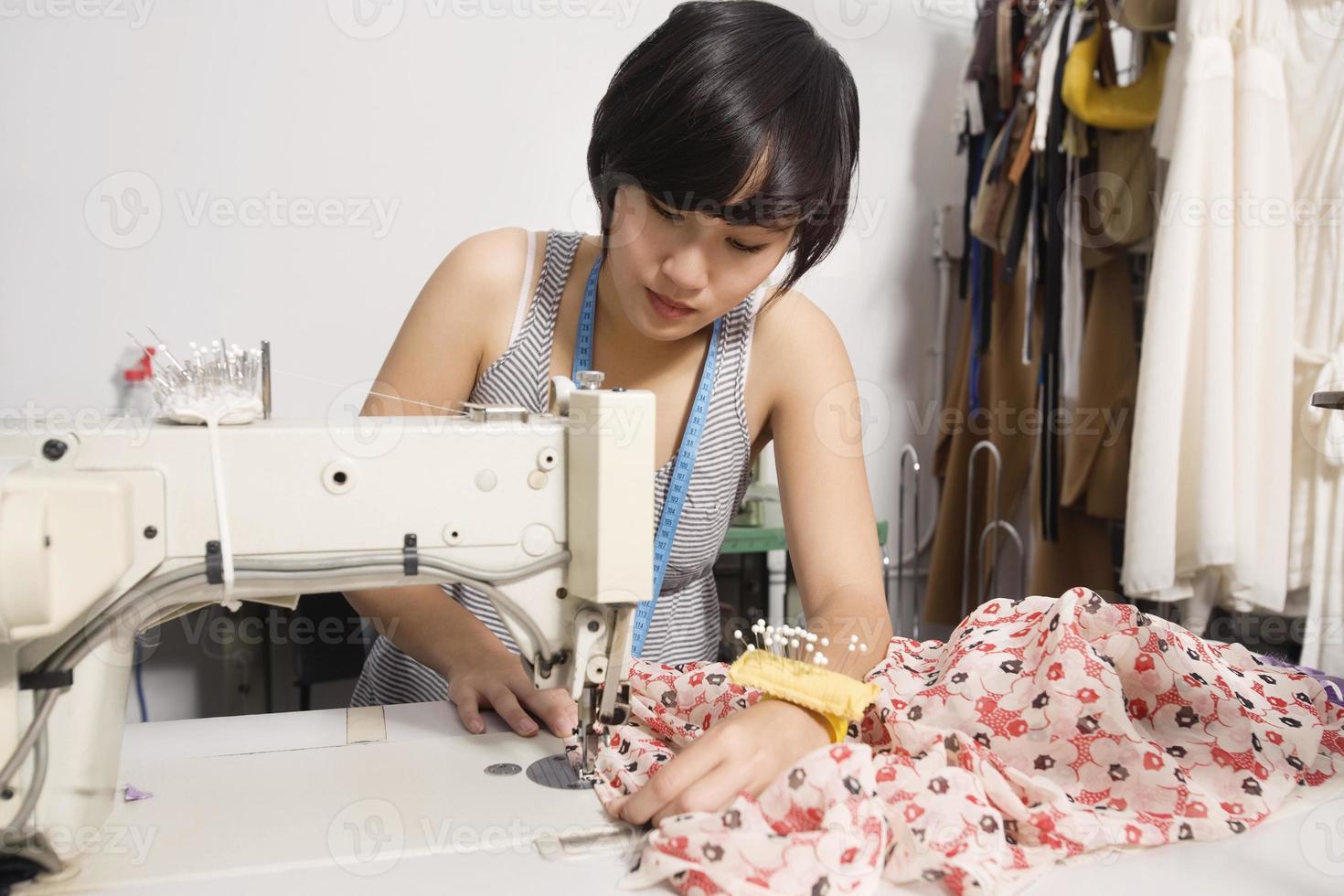 klädmakare på jobbet foto