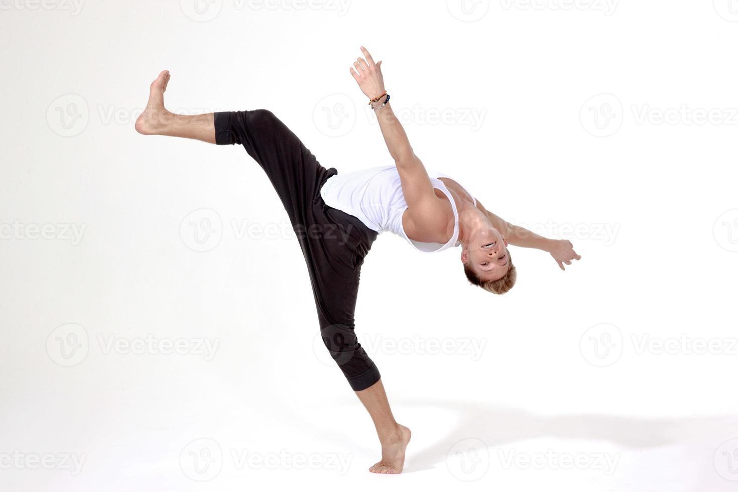 dansare balanserad med ett ben höjt i luften foto