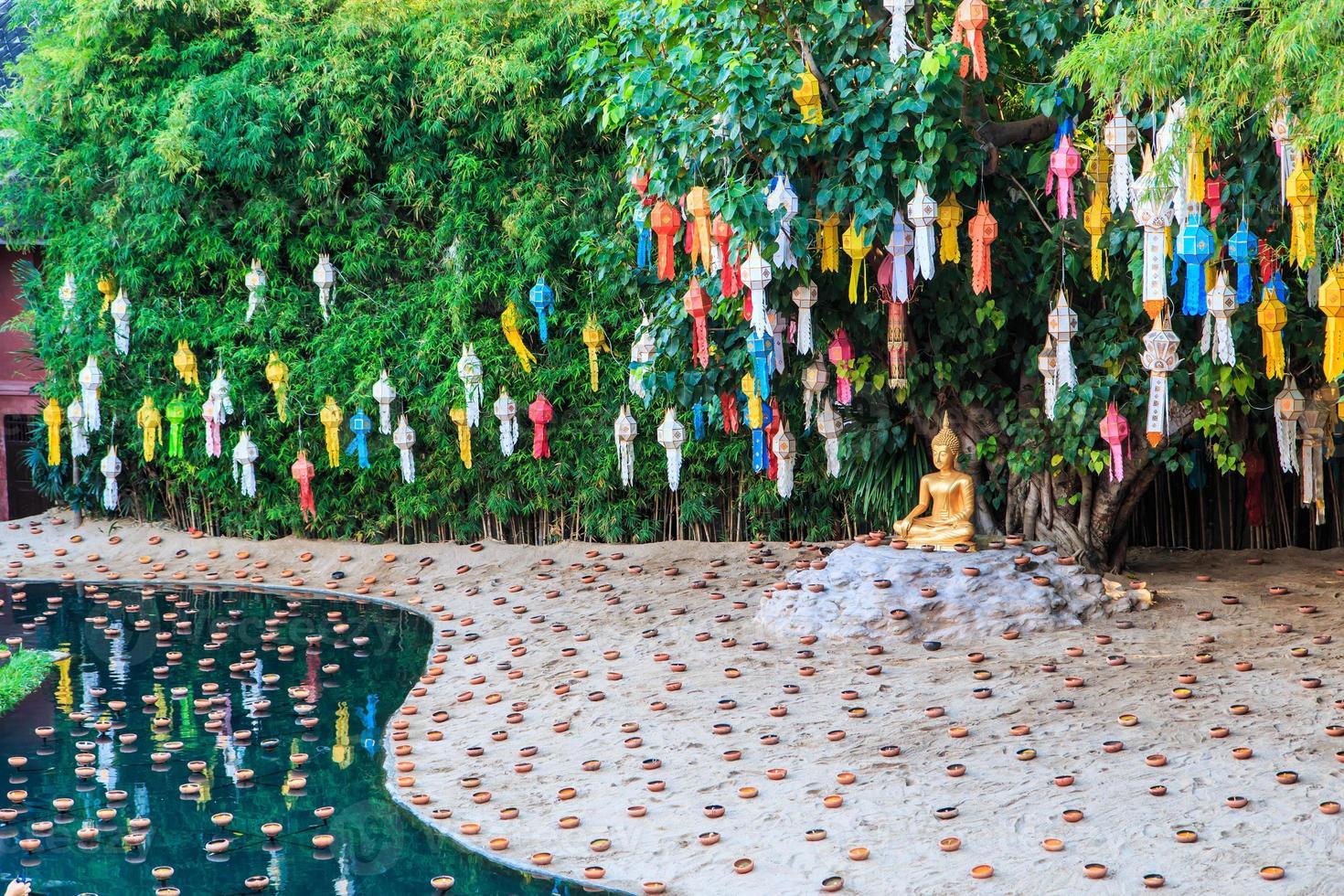 guld buddha i wat phan tao templet Chiang Mai Thailand foto