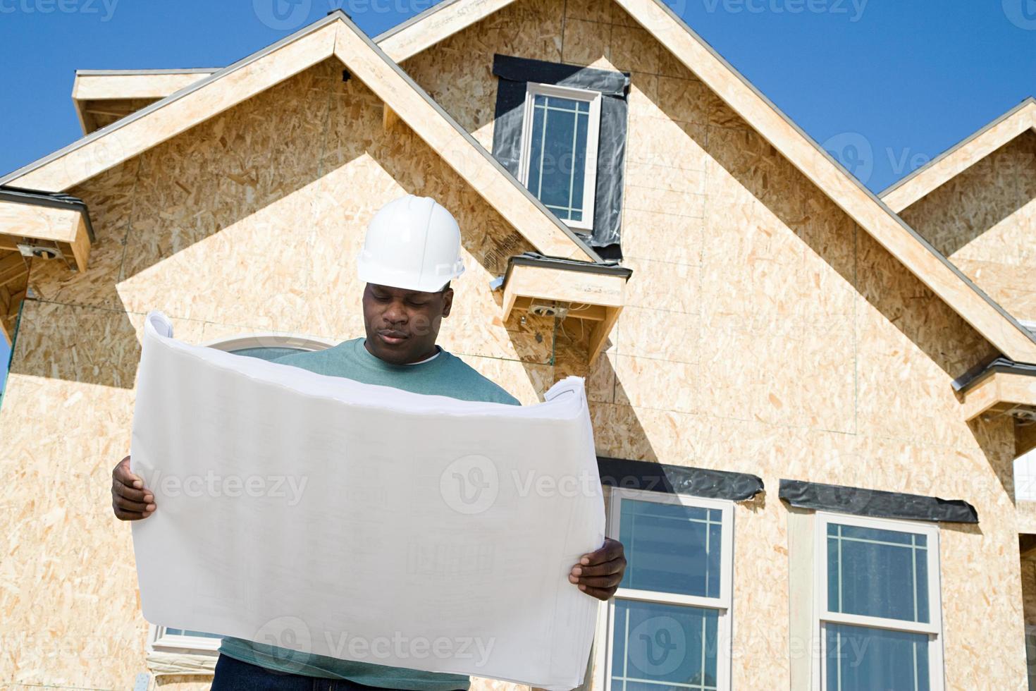 byggare som håller en plan foto