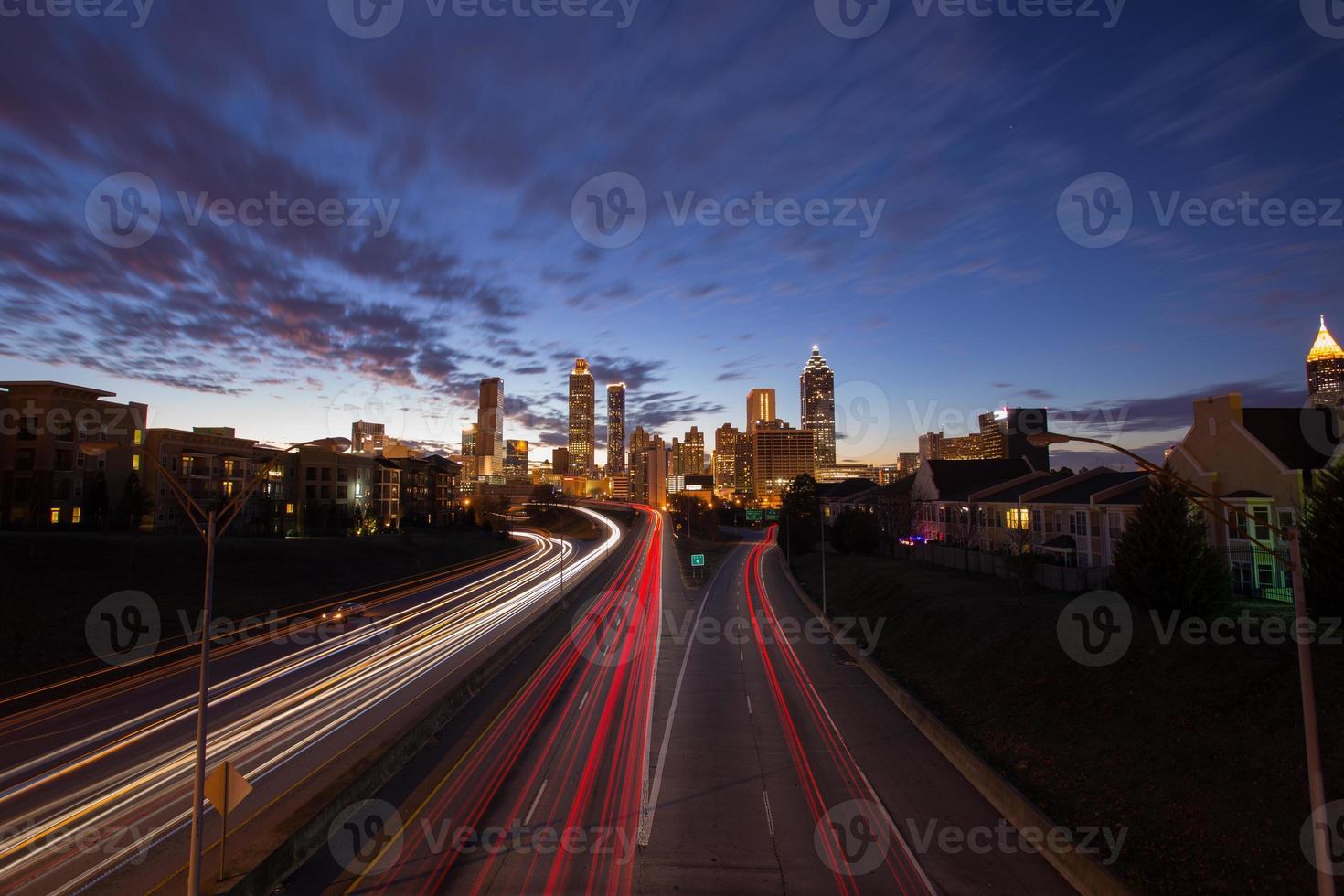 Atlanta centrum med trafik i skymningen foto