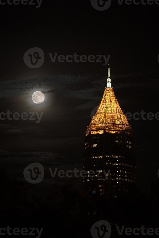 högsta byggnad i Atlanta downtown under månen foto