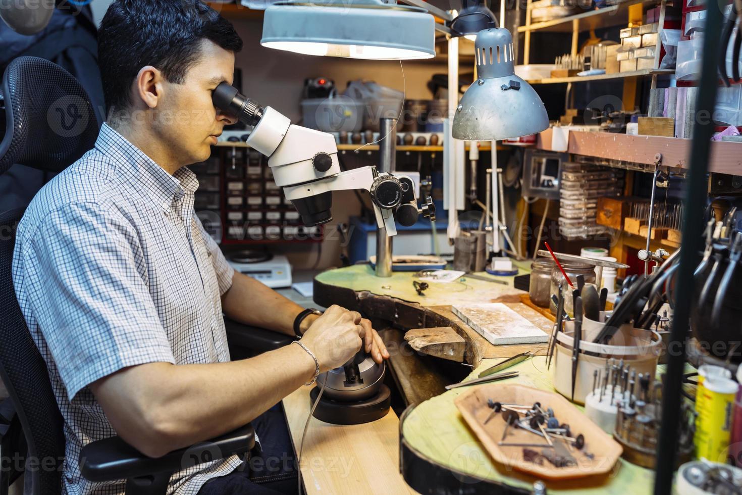 precisionsarbete som utförs av juveleraren foto