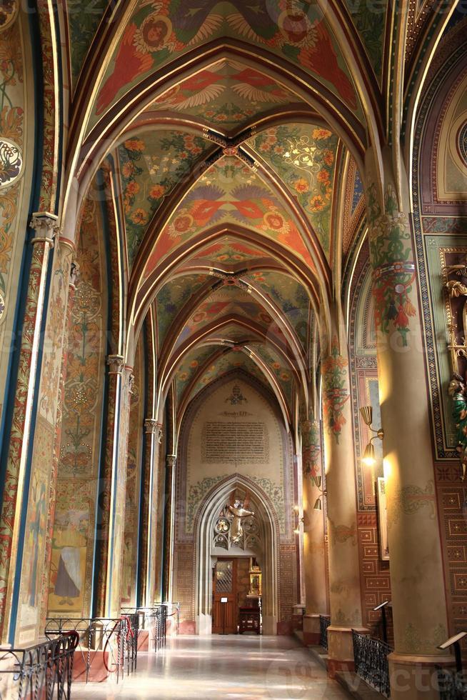 interiör i gotisk väckelse basilika foto