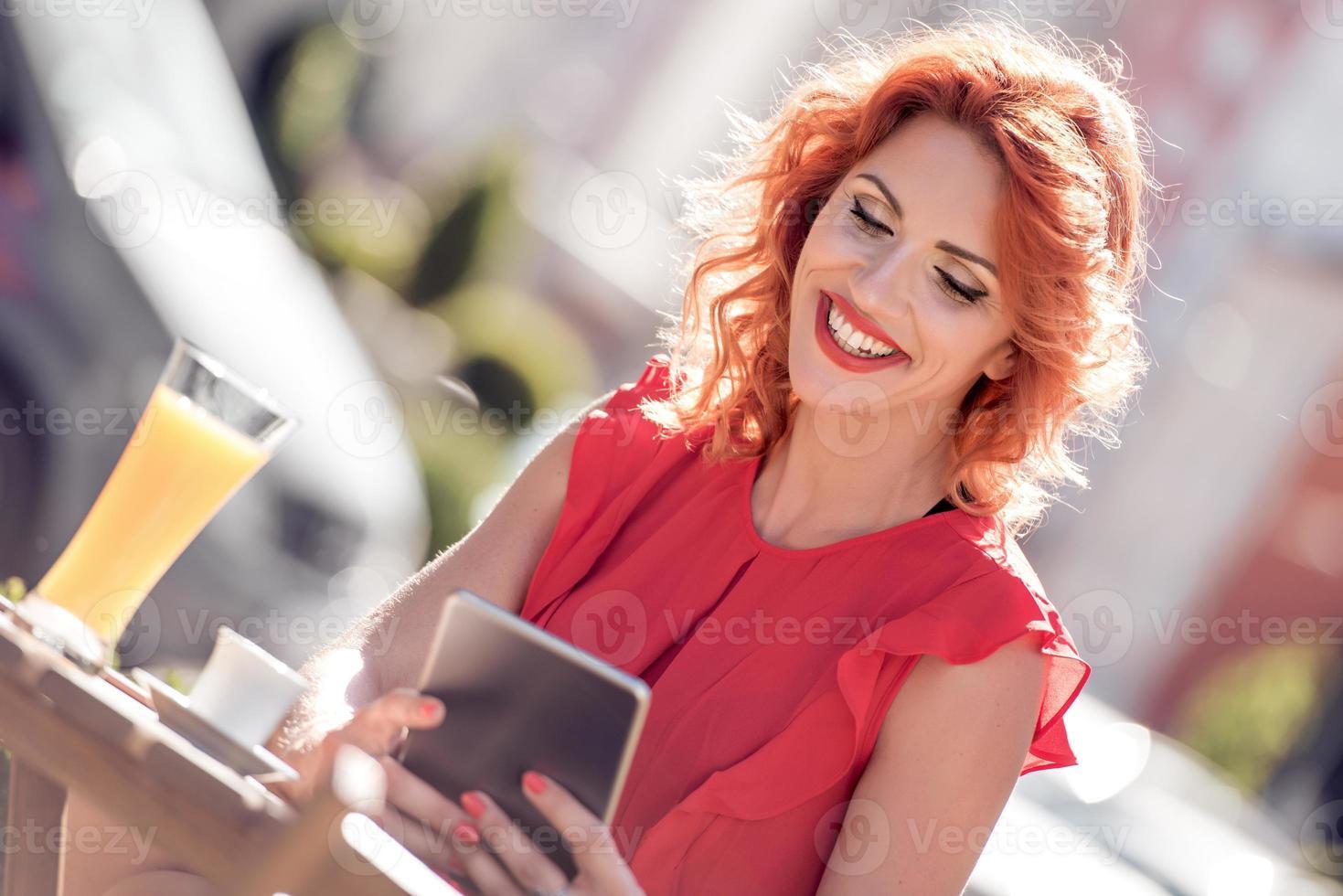 glad ung kvinna som dricker kaffe foto