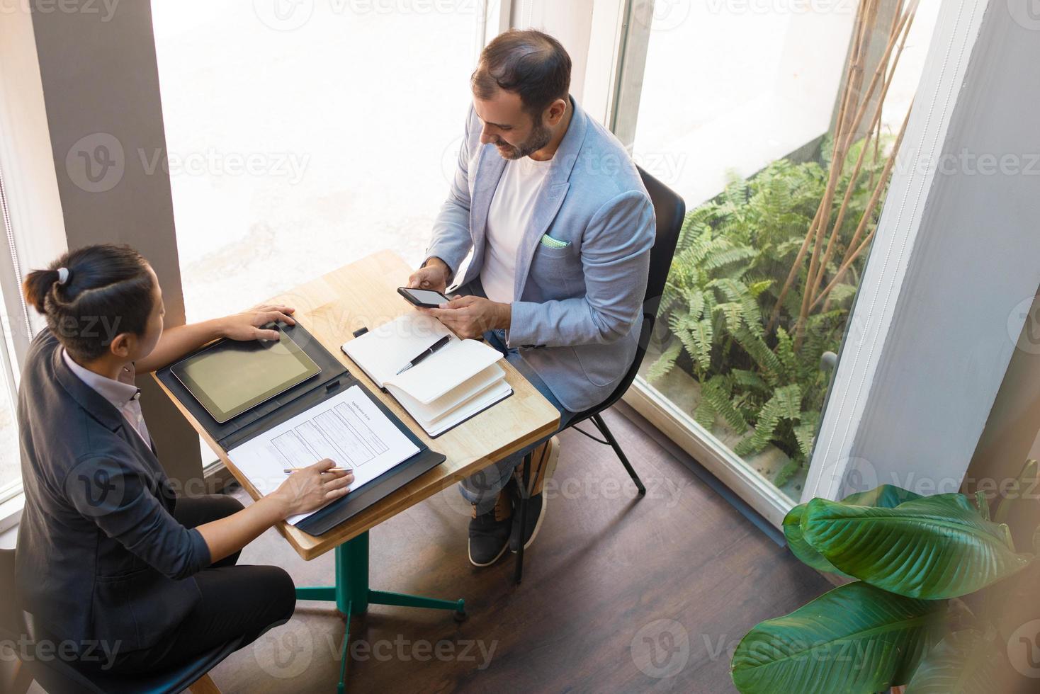 ovanifrån av seriösa affärspartners som har mött på café foto