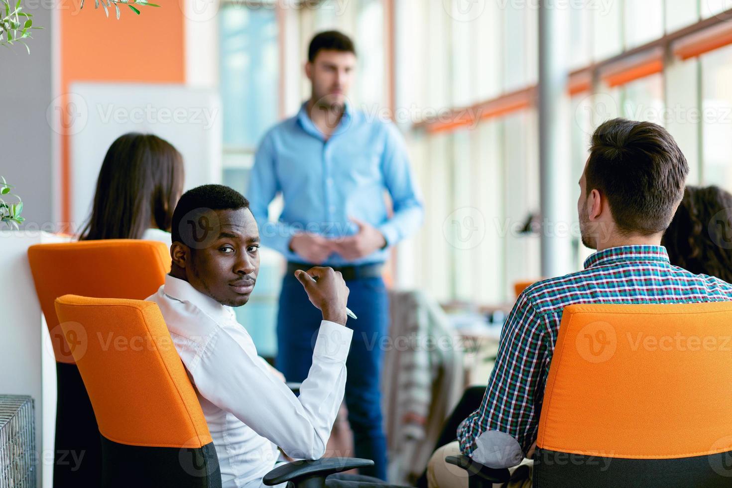affär, start, presentation, strategi och människor koncept - man gör presentation till det kreativa teamet på kontoret foto