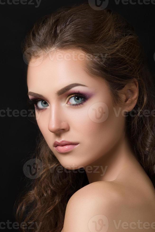 närbild skönhet porträtt av ung vacker brunett foto