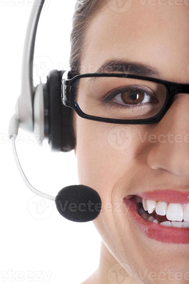 vacker kvinnas ansikte med mikrofon och hörlurar. foto