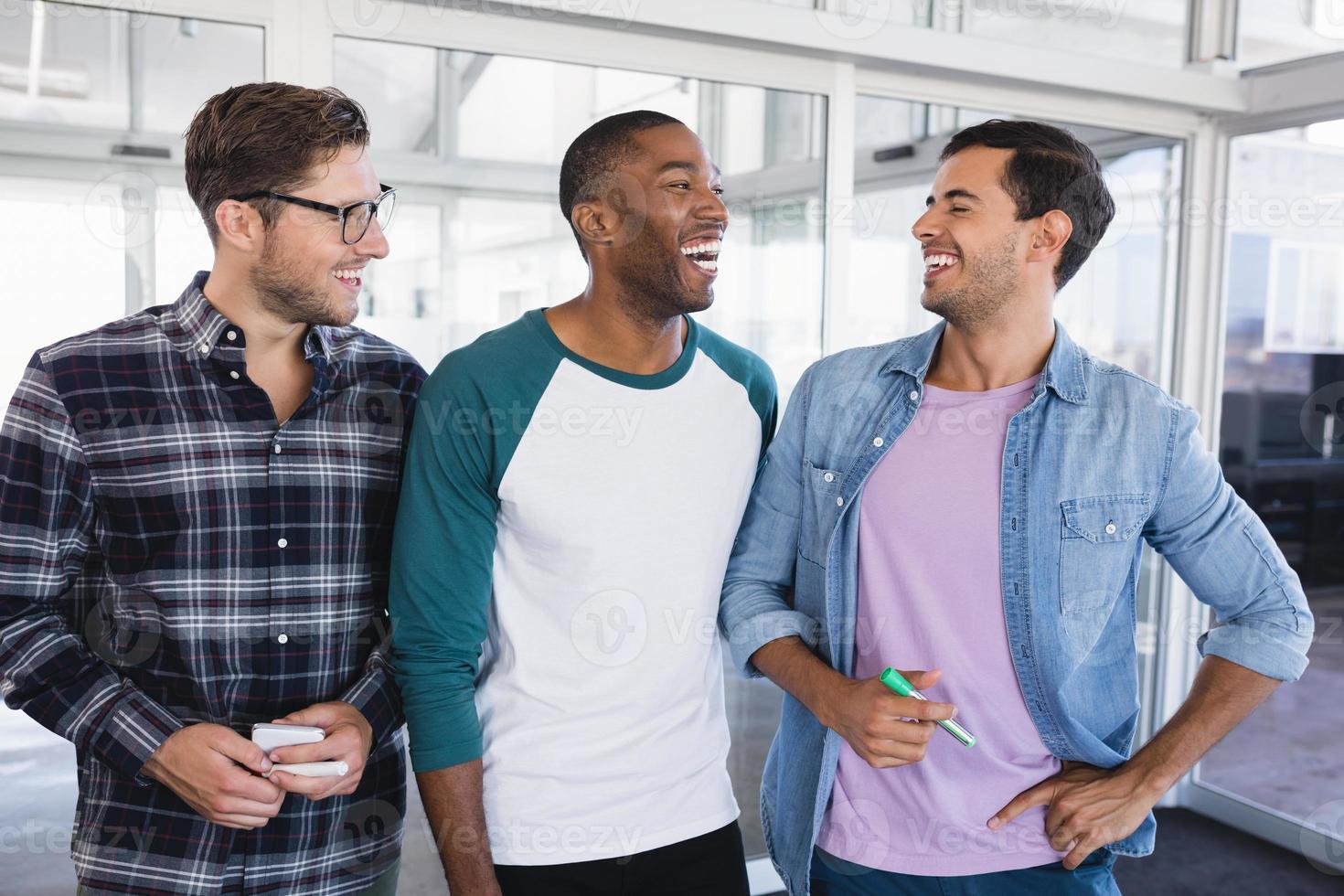 glada manliga affärskollegor som står tillsammans foto