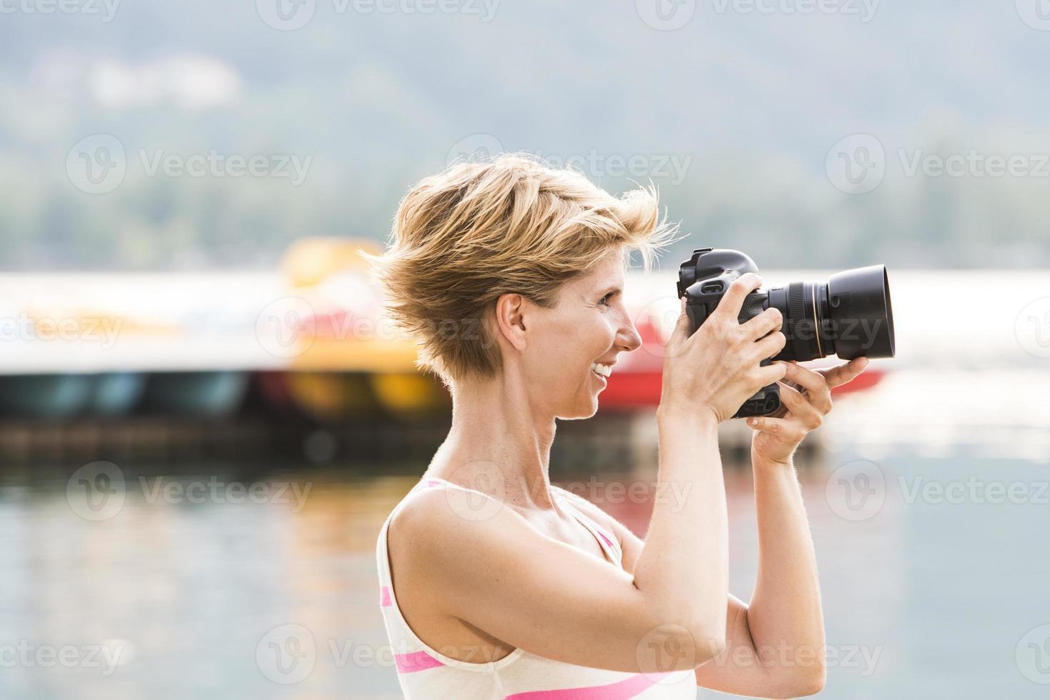 ung kvinna tar en bild med sin dslr foto