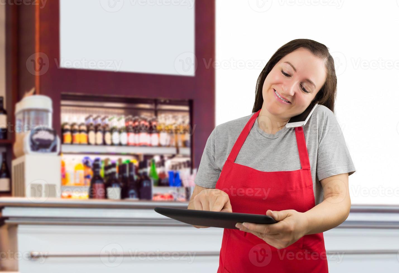 försäljare som arbetar på kaféet foto