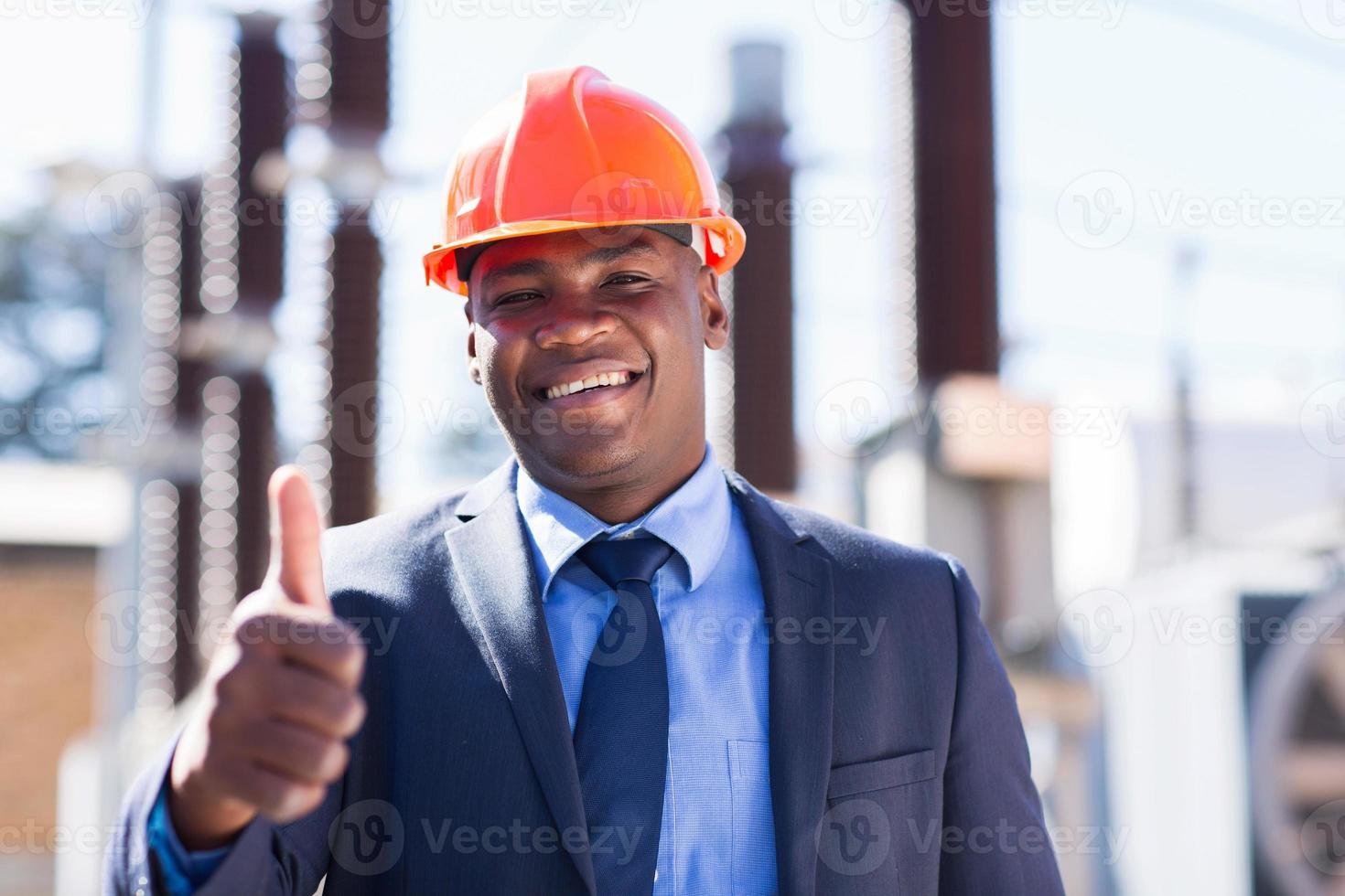 afrikansk industrichef med tummen upp foto