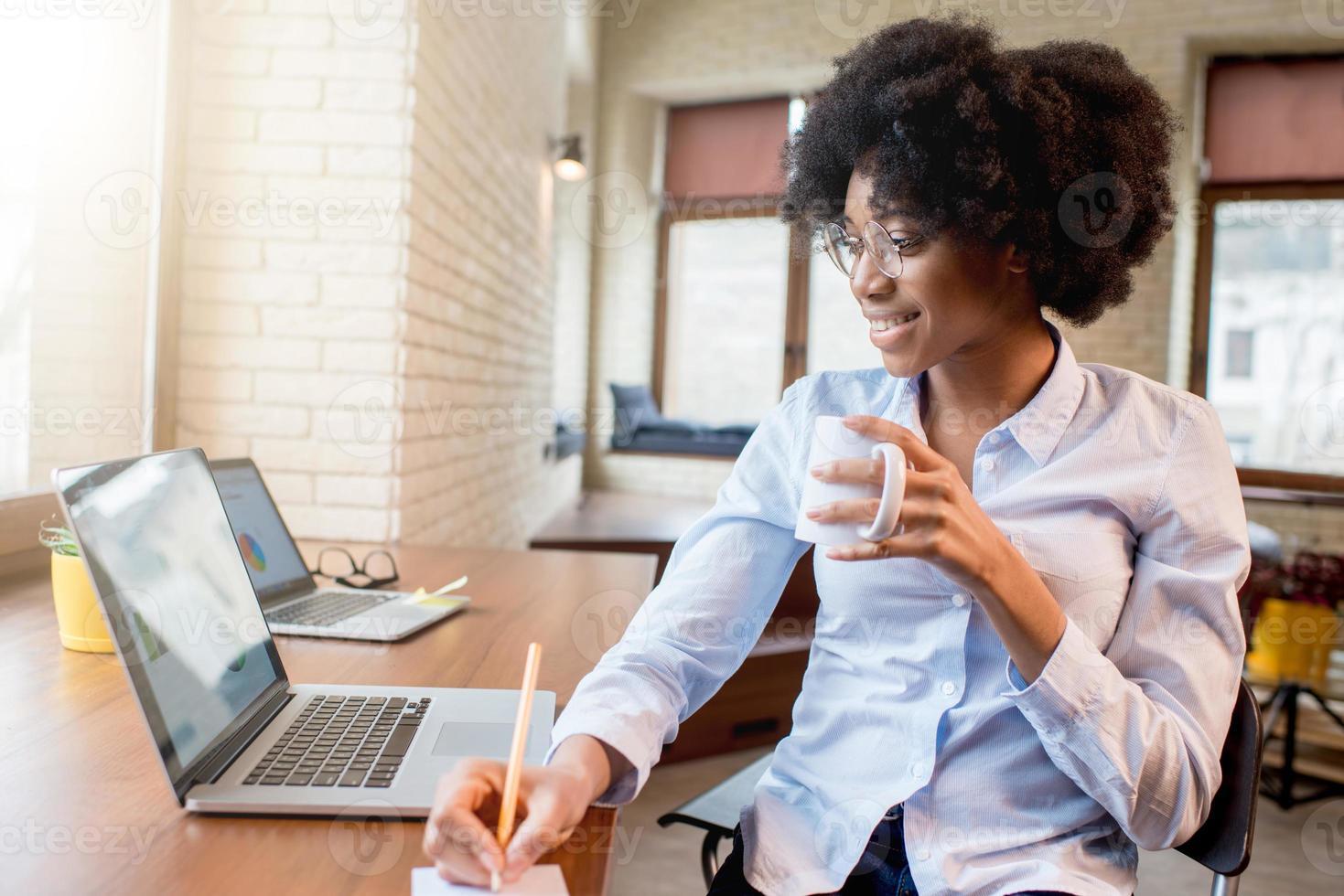 affärskvinna med kaffekopp på kontoret foto