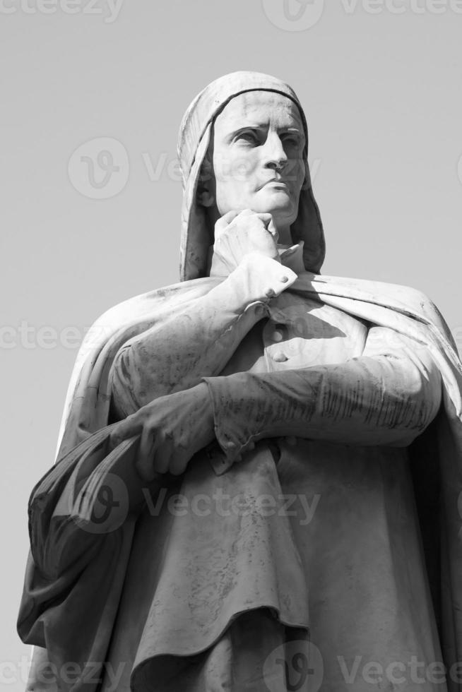 statua av dante - svartvitt foto