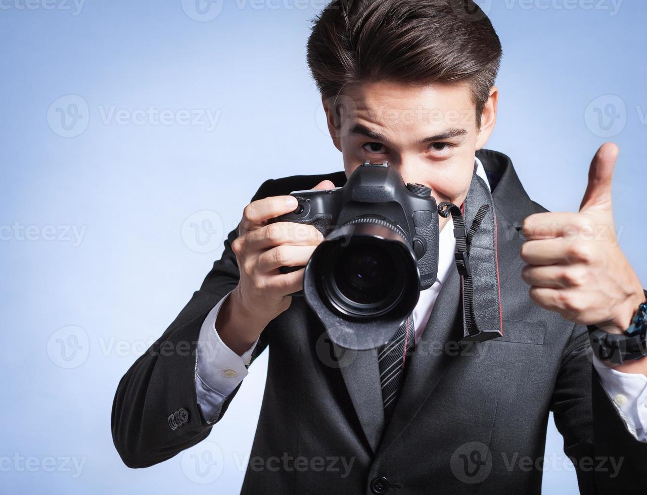 ung man använder en professionell kamera foto