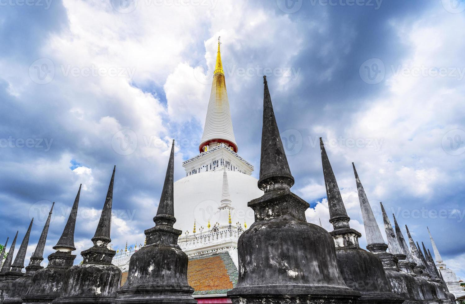 stor forntida stupa i wat mahathat, Thailand foto