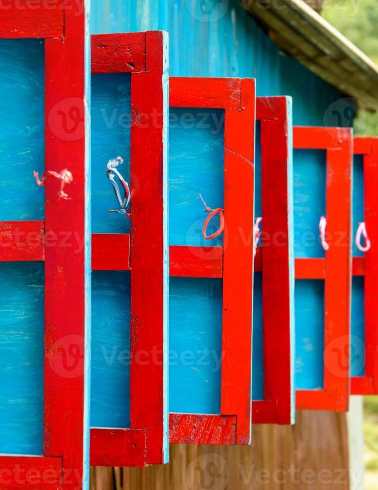 röda och blå träluckor foto