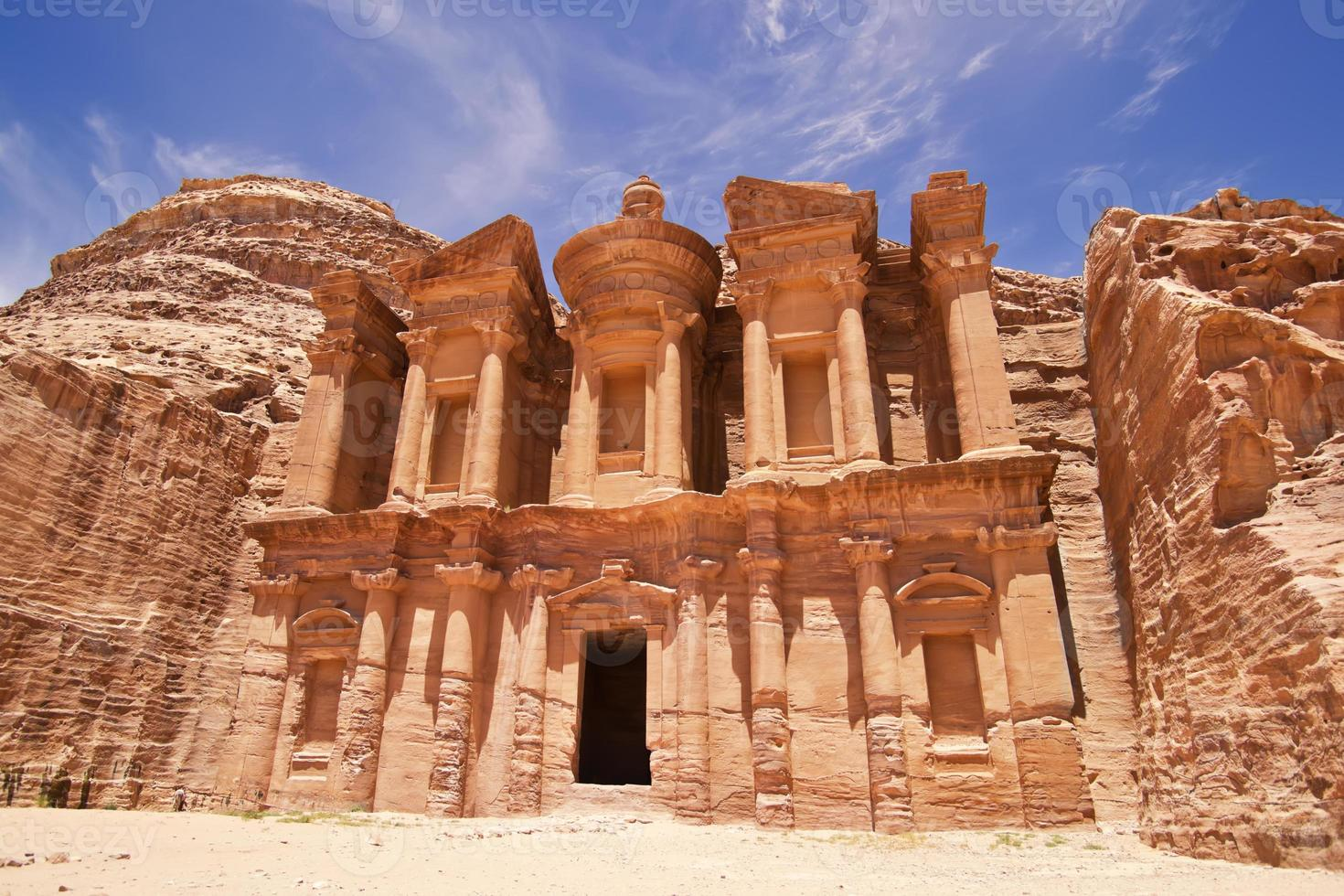 det imponerande klostret i Petra, Jordanien foto