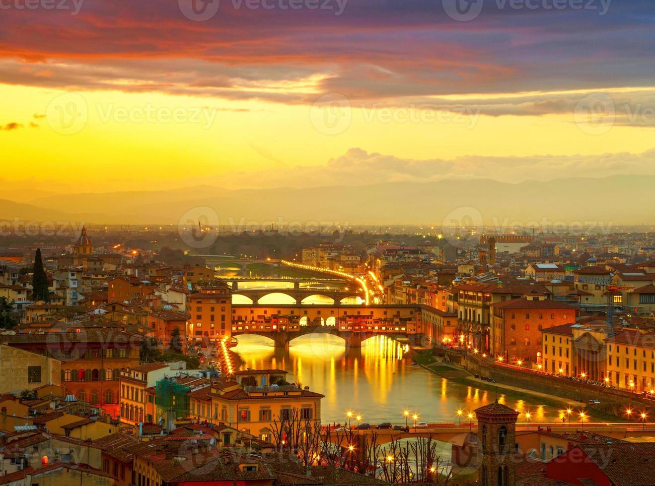 solnedgång utsikt över bron ponte vecchio. Florens, Italien foto