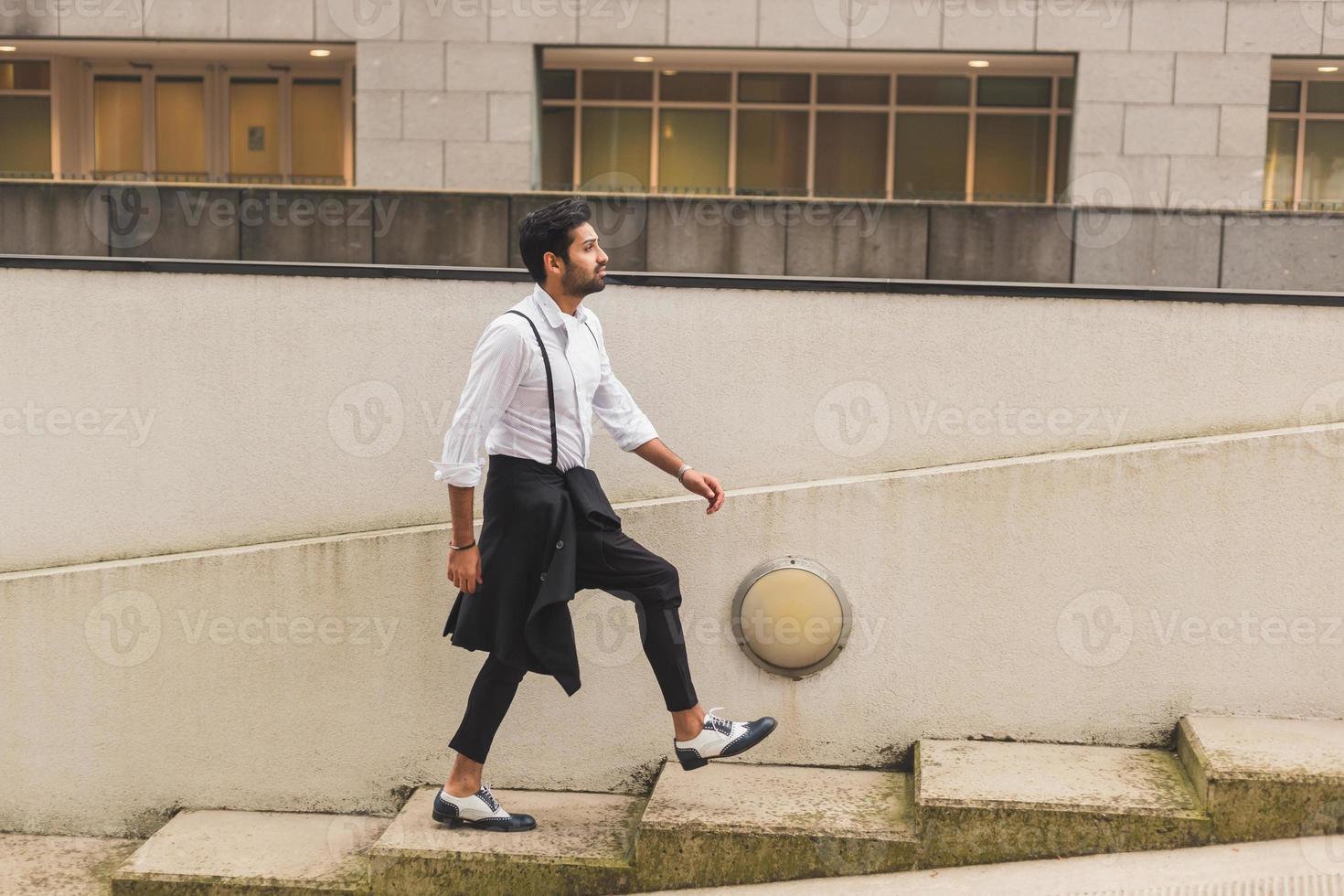 stilig indisk man poserar i ett urbant sammanhang foto