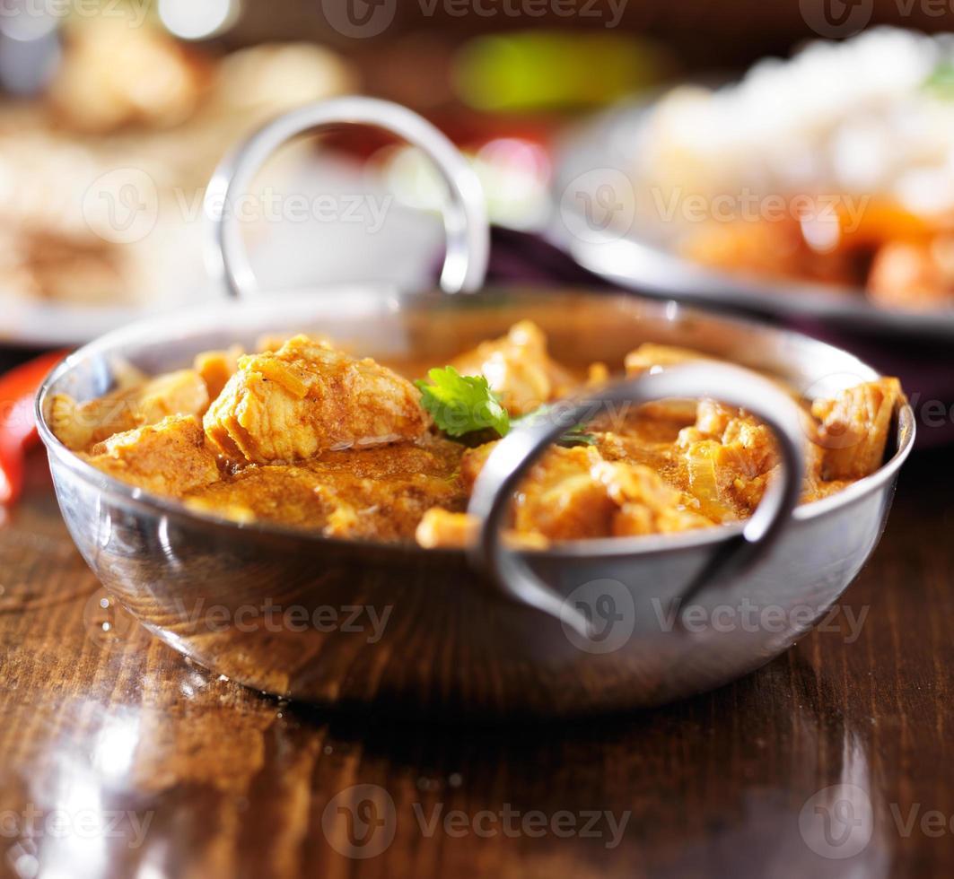 indisk smör kyckling curry i balti maträtt med basmatiris foto