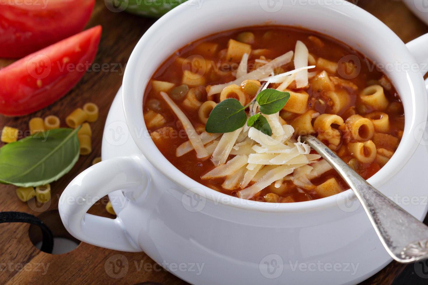 soppa med linser, pasta och tomater foto