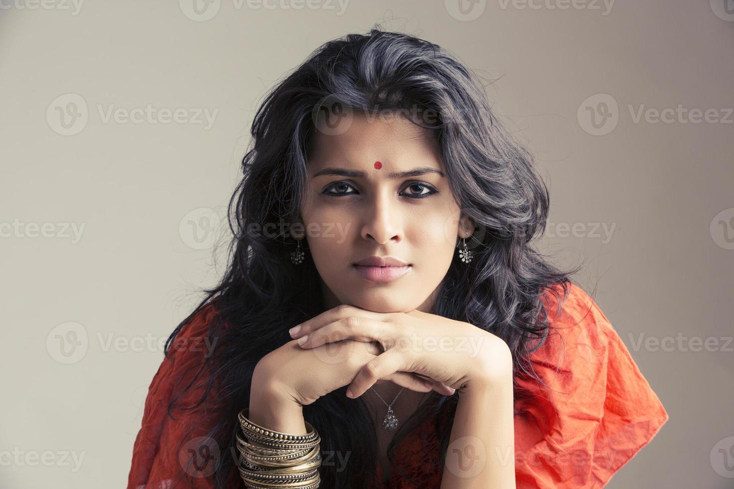 porträtt av en ganska indisk ung flicka foto