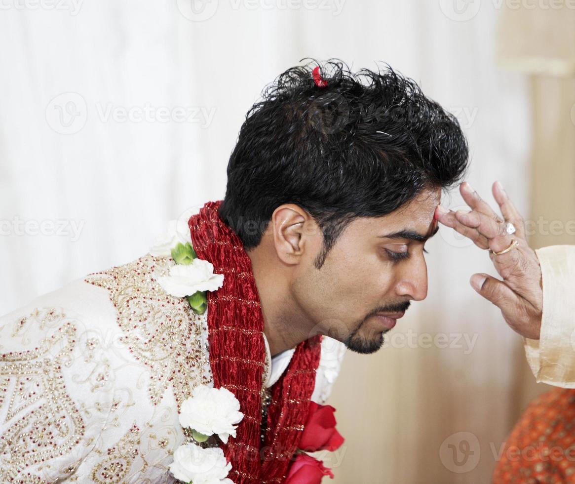 indisk brudgum välsignad foto