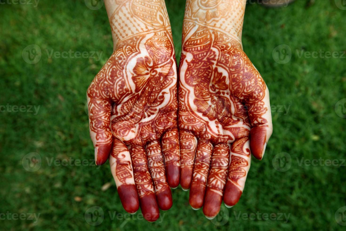 vacker hand med henna design foto