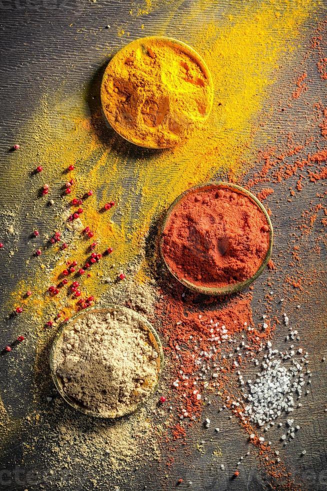 livliga kryddor och örter på det gamla bordet foto