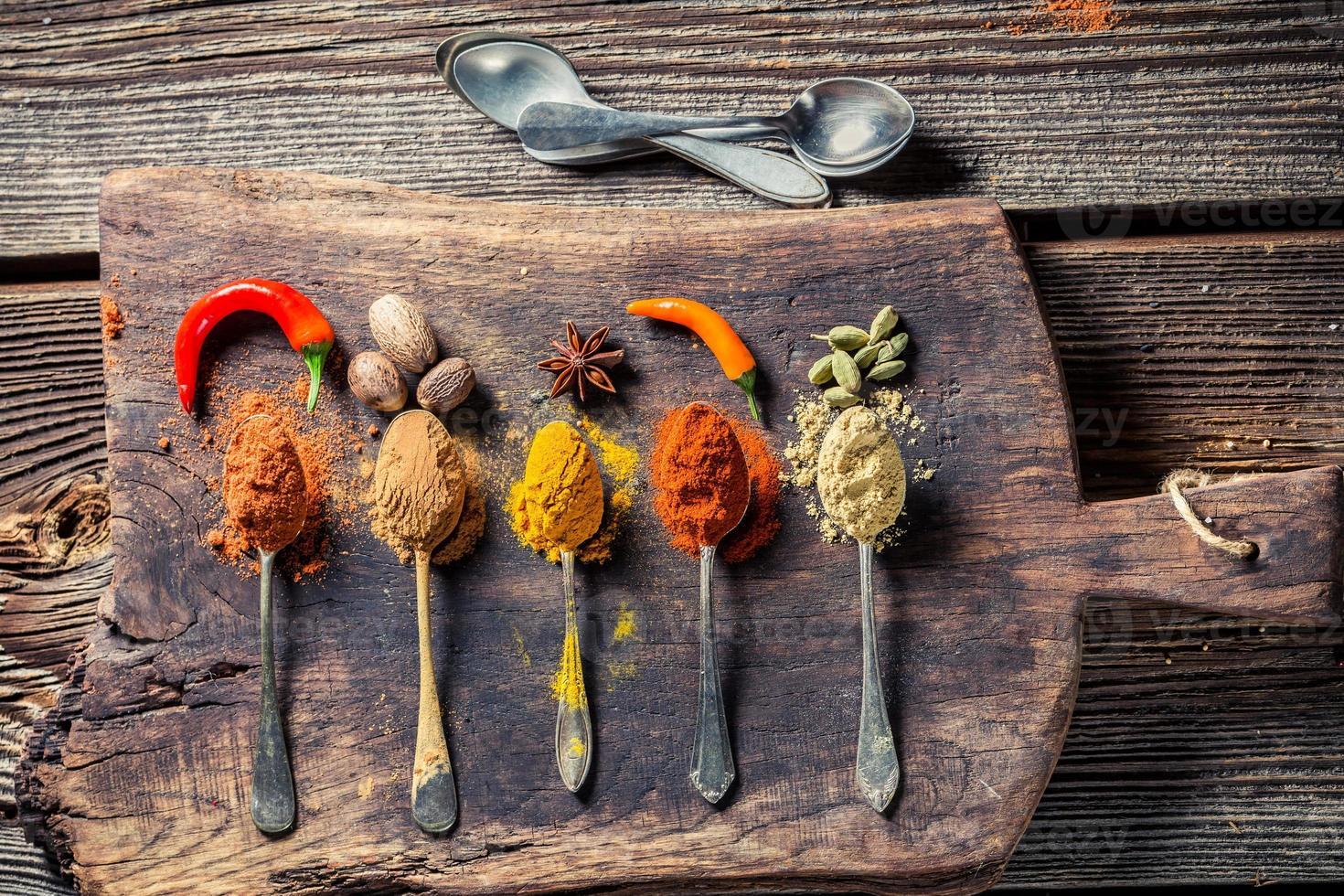 välsmakande örter och kryddor på det gamla bordet foto