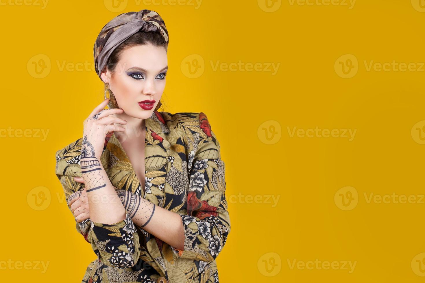 vacker kvinna i orientalisk stil med mehendi foto