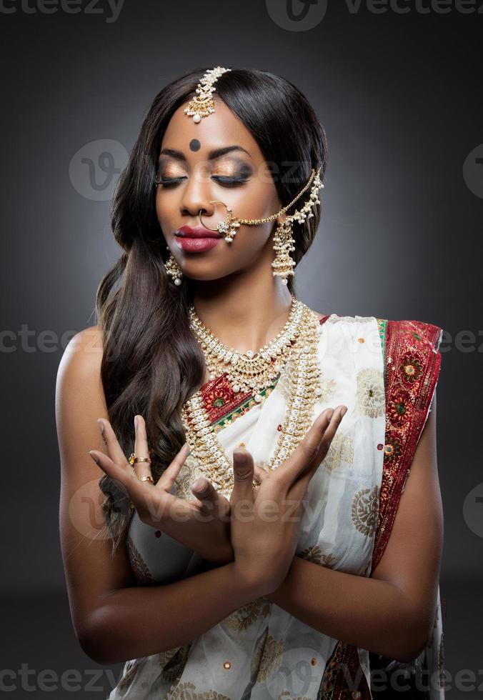 indisk kvinna i traditionella kläder med brudmakeup och smycken foto
