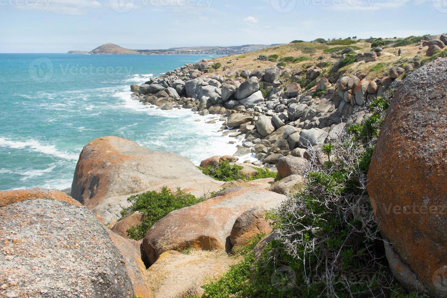 vacker stenig strand foto