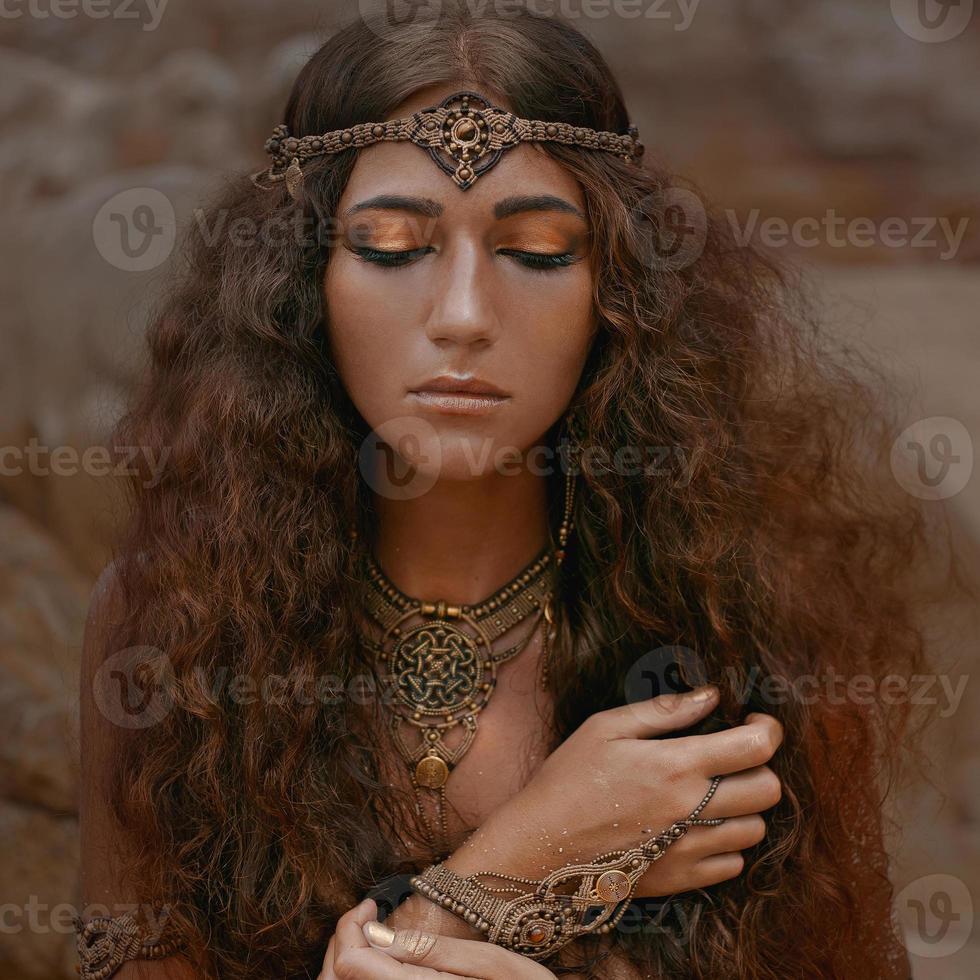 vacker flicka i etniska smycken foto