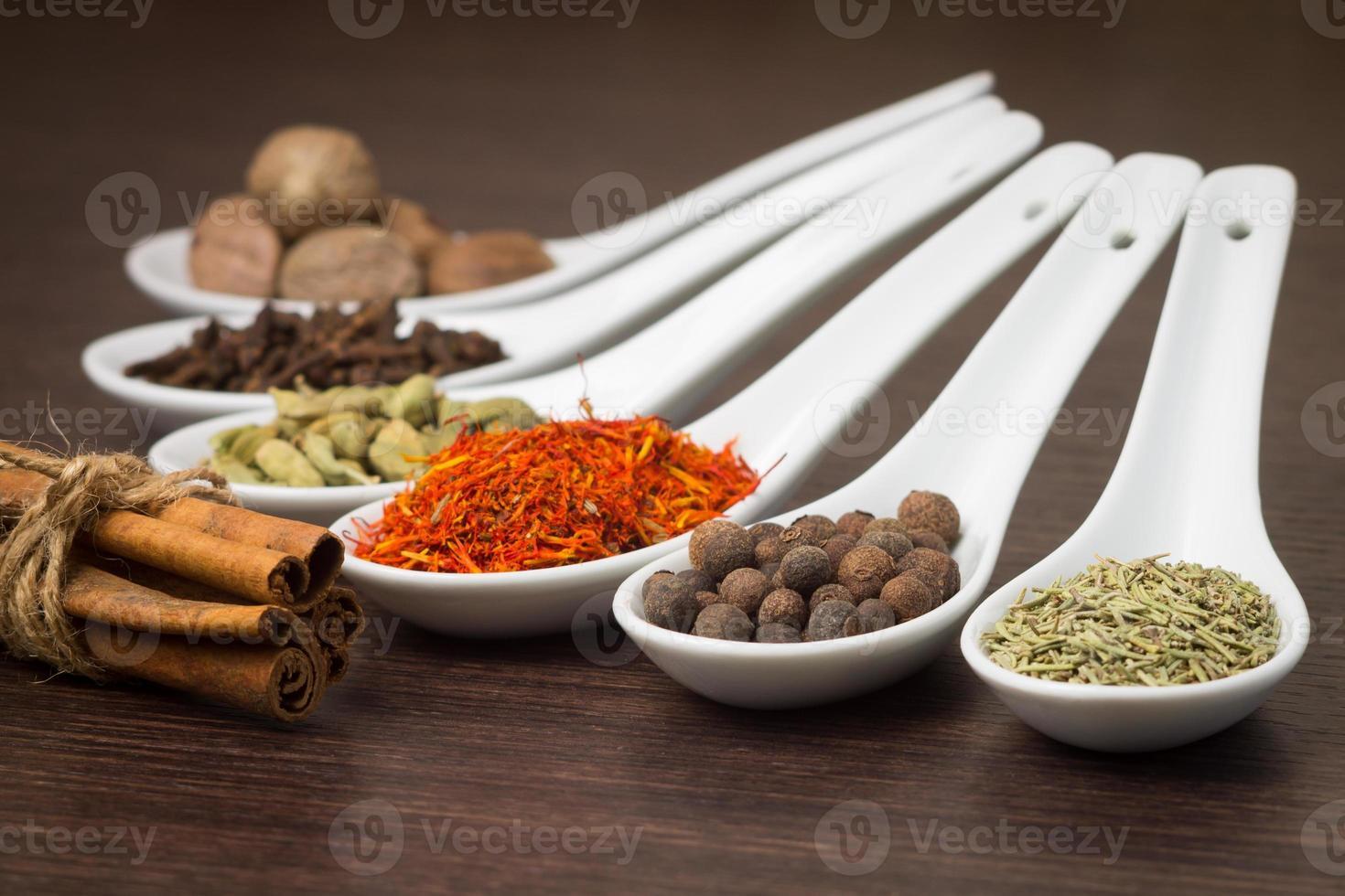 olika kryddor på träbakgrund foto