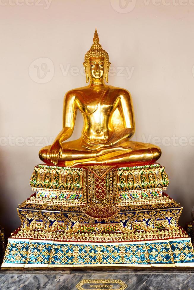 buddha sculture sitter i meditation foto
