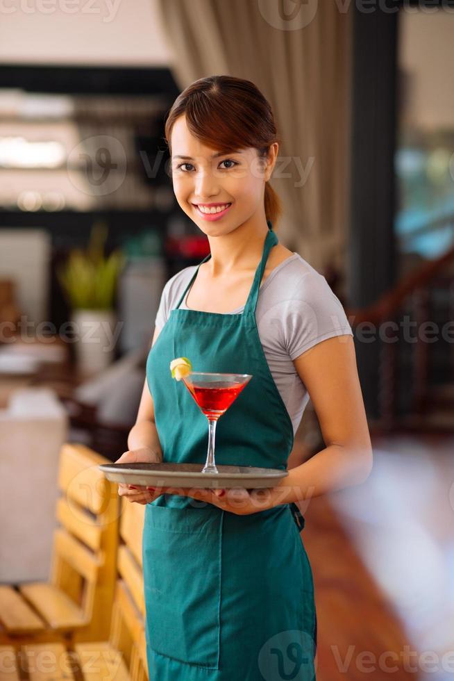 servitris med en cocktail foto