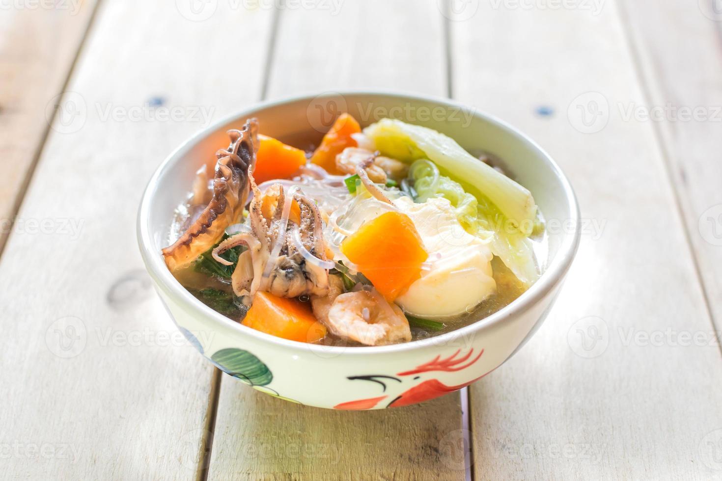kött och grönsaker soppa foto