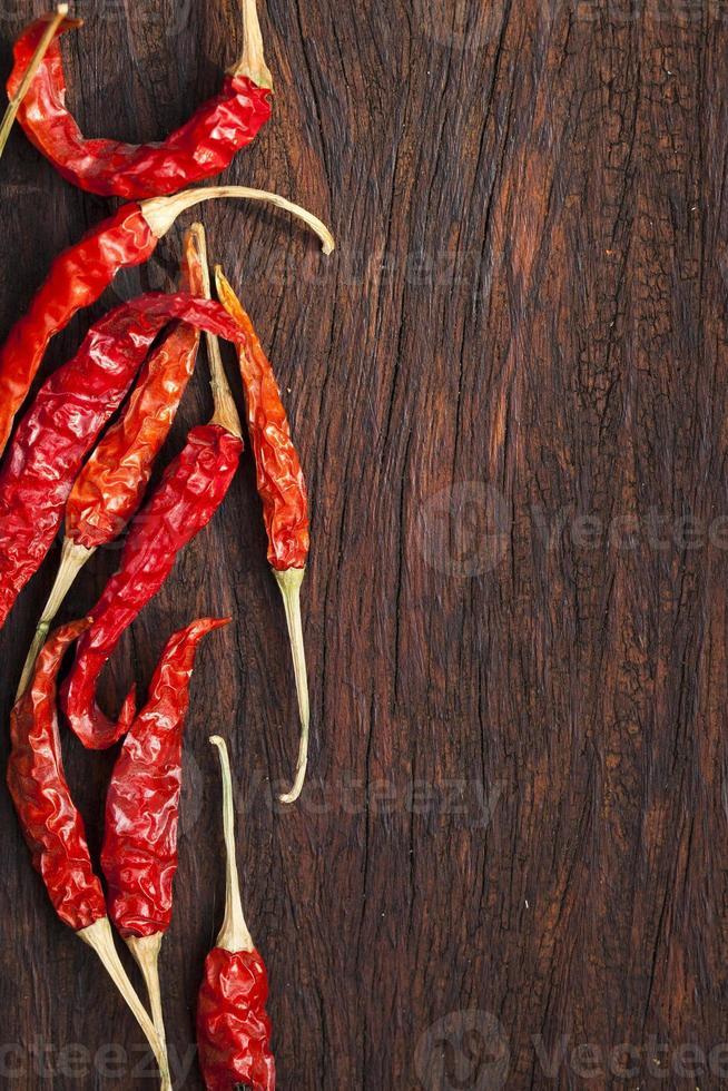 soltorkad röd chilipeppar på en träbakgrund. foto
