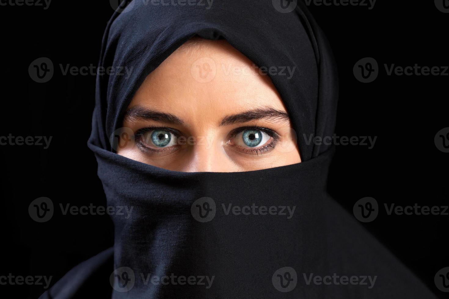 muslimsk kvinna som bär ansiktsslöjan foto
