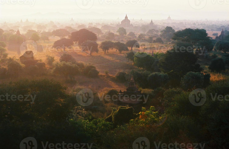 pagodfält vid baganriket, myanmar (burma). foto
